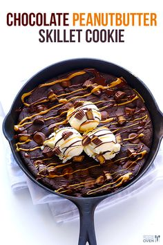 This chocolate peanut butter skillet cookie is fabulously decadent, and really easy to make! Cast Iron Skillet Cooking, Iron Skillet Recipes, Cast Iron Recipes, Skillet Meals, Peanut Butter Brownies, Peanut Butter Recipes, Chocolate Peanut Butter, Skillet Chocolate Chip Cookie, Skillet Cookie