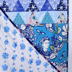 acho que é fácil perceber o nome da minha nova manta: tem tecidos em tons de azul e foi construída à volta de um painel de tecido com a Frida Kahlo. Casa Azul é o nome da casa de família, onde vive…