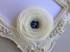 Pince cheveux fleur de mariée ivoire et bleu pour coiffure Kyra : Accessoires coiffure par fleurs-de-provence