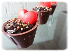 Copinhos de chocolate ao leite recheados com chocolate, coco, mousse de maracujá e mousse de limão. Opções de apliques coloridos.