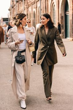 Autumn work outfit inspiration for the career women looking for wardrobe solutions and style inspiration. The Best Street Style From Sydney Fashion Week City Outfits, Mode Outfits, Fashion Outfits, Fashion Trends, Fashion Boots, Fashion Inspiration, Vogue Fashion, Look Fashion, Autumn Fashion