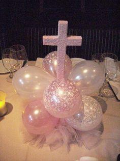 Centro de mesa para primera comunión o bautizo hecho globos de látex y cruz de poliestireno. #DecoracionPrimeraComunion