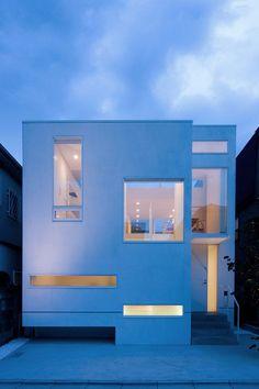 周りを建物に囲まれた家。それにも関わらず、明るく開放的な家になっています。