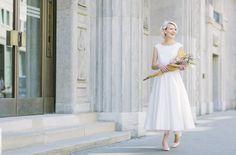 noni 2016   schlichtes elegantes tea-length Brautkleid mit weitem Rock und farbigem Petticoat (www.noni-mode.de - Foto: Le Hai Linh)