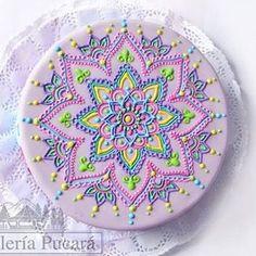 Nos encantan las #tortas de #mandala . #mandalacake #mandalas Fancy Cookies, Cupcake Cookies, Mandala Cake, Beautiful Cakes, Amazing Cakes, Mehndi Cake, Cake Models, Sandwich Cake, Buttercream Cake
