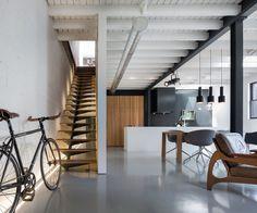 Open woonkamer in gepolierd beton