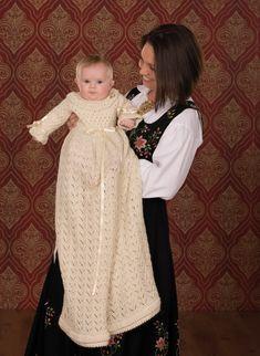 Dagens gratisoppskrift: Märta dåpskjole & lue | Strikkeoppskrift.com Baby Barn, Baby Knitting, Children, Kids, Fur Coat, Flower Girl Dresses, Wedding Dresses, Crafts, Clothes