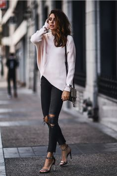 Her embellished strappy sandals add a glamorous touch to her outfit. Plaid Fashion, Tomboy Fashion, Women's Fashion, Fashion Clothes, Curvy Women Fashion, Urban Fashion, Fall Fashion Trends, Autumn Fashion, How To Wear Leggings