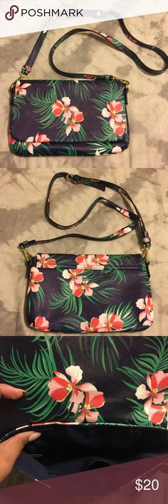 🌺Floral crossbody 🌺 Old navy floral crossbody purse. Strap is adjustable and removable so bag can be used as a clutch. Worn once. In excellent condition no signs of wear Old Navy Bags Crossbody Bags