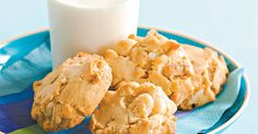 White Chocolate and Macadamia Cookies We dare you to stop at just one of these chocolate and macadamia biscuits. Chocolate Biscuit Recipe, Cooking Chocolate, Chocolate Biscuits, Vegetarian Chocolate, Baking Recipes, Cookie Recipes, Snack Recipes, Snacks, White Chocolate Macadamia Cookies