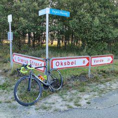 Vandaag is het alweer dinsdag... Gisteren heb ik hier in #Denemarken een ochtenrit gemaakt omdat het overdag echt niet te doen is om een stuk te fietsen. Dus ik pakte de #fiets (#KRUSHbikes) voor een ritje op de vroege morgen. Het werd een rit richting #vejersstrand en #ho. Bij terugkomst op @hvidbjergstrand had ik bijna 45 km op de teller.  Onderweg kwam ik ook nog langs/over een militair oefenterrein...  Of ik #vanochtend ook nog ga fietsen weet ik niet...   / #cycling #fietsen #strava #wielre