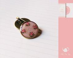Spilla pin tonda - cabochon di vetro handmade 20mm di All The Tea su DaWanda.com#handmade #jewelry #DIY #ideas #gifts #vintage #unique #style #resin #glass #cabochon #buttons #indie #hipster #teaparty #tealovers #spilla #spilletta #pin #bottone #stile #fattoamano #resina #vetro #gioielli #accessori
