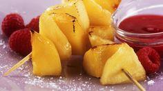 Gegrillte Mango-Ananas-Spieße mit Himbeersoße