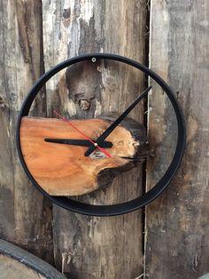 A clock made of natural wood that looks brutal and minimalist - HOME DECOR Diy Clock, Clock Decor, Modern Clock, Wall Clock Design, Live Edge Wood, Wood Clocks, Minimalist Home Decor, Wood Slab, Handmade Wooden