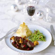 Smörstekt svamp och några lingon sätter pricken över i över den här goda festrätten. Servera på varma tallrikar.