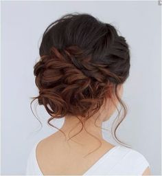 Acconciatura per capelli raccolti da sposa con intreccio e chignon #weddinghairstyles
