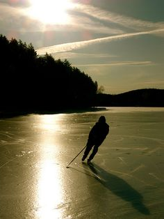 Play at the Pond Hockey on the Rock Tournament in Sudbury, Ontario and in Manhattan in the Big Apple Pond Hockey Classic. Hockey Games, Hockey Mom, Hockey Stuff, Winter Wonder, Winter Fun, Descente Ski, Protection Moto, Snowboard, Course Moto