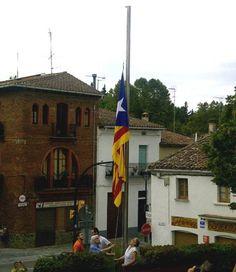 L'estelada ja oneja a la plaça de la Vila de Vallgorguina