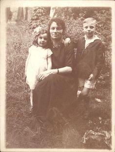 snapshot femme fille et garçon posant à l'extérieur vers 1900 mode photo vintage