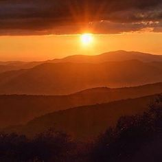 Chasing #sunsets in the #smokymountains. Photo: @sour_girl. #mountainsunset #visitsmokies #mountains #landscape