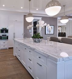 Just love this kitchen island and the cabinet handles and knobs #kitchens