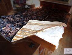 Narzuta dwustronna. Jedna strona ozdobna, lekko połyskująca z harmonijnie dobranymi kolorami, natomiast druga powściągliwa w odcieniu ciepłym kolorze. Propozycja w innym kolorze.  on Jola Szala - Siła kobiecego ubrania  http://jolaszala.com/o-tkaninach1/lozko/#sg19