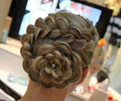Une seconde coiffure élaborée que j'adore! Cheveux châtins tressés et remontés en chignon en forme de fleur.   English keywords : brown hair, flower, bun, braid