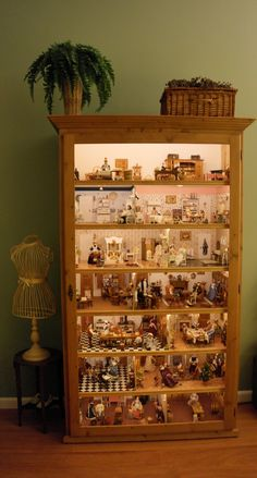 My dollhouse in a cabinet with Led light. Mijn poppenhuis in vitrinekast verlicht met LED strips Victorian Dollhouse, Modern Dollhouse, Dollhouse Dolls, Dollhouse Miniatures, Miniature Rooms, Miniature Crafts, Miniature Houses, Doll House Crafts, Doll Houses