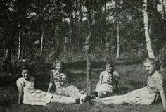 Anne Frank,Tineke Gatsonides,Sanne and Barbara Ledermann at Beekbergen in 1941.