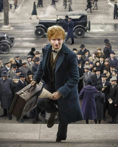 Newt Scamander in action in New York. Fantastic Beasts and Where to Find T… Newt Scamander in action in New York. Fantastic Beasts and Where to Find Them Ed Sheeran, Mundo Harry Potter, Harry Potter World, Hogwarts, Edward Christopher Sheeran, Scorpius And Rose, My Champion, The Vampire Diaries, Fantastic Beasts And Where