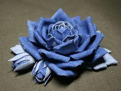 Blue denim roses brooch por leasstudio en Etsy