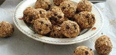 Breakfast Balls - yummy little balls of banana-nut-oat goodness that are a cross between a hearty breakfast and a granola bar type of snack. Snacks For Work, Healthy Work Snacks, Healthy Meal Prep, Healthy Food, Healthy Eating, Breakfast Bars, Breakfast Dishes, Breakfast Recipes, Snacks Saludables
