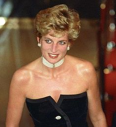 Princess Diana's signature short hair was not planned, according to man who cut the late royal's hair. The mother of Princes William and Harry attained the chic cut by giving one man free reign to her hair. Princess Diana Fashion, Princess Diana Family, Princess Of Wales, Real Princess, Princesa Diana, Kate Middleton, Isabel Ii, Lady Diana Spencer, Queen Of Hearts