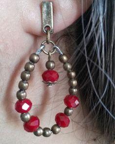 Brinco artesanal com cristais. Brinco cor ouro velho com cristais vermelhos.Disponível!!!