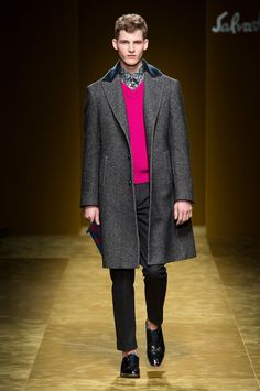 ‪#‎FERRAGAMOFW16‬ Men's Collection Runway Show. ...cu haina gri pepit