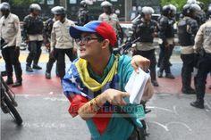Joven con discapacidad le planta cara a la PNB con Constitución en mano #8M pic.twitter.com/GYFQN0ttOG