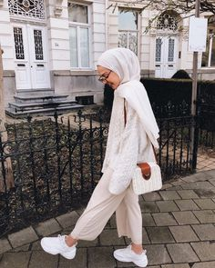 i will share with you here all photos that are related with mode of hijab and all the latest about them and how you can add some pieces to your outfit hope you will enjoy with me Retro Outfits, Cool Outfits, Fashion Outfits, Hijabs, Muslim Fashion, Fashion Muslimah, Abaya Fashion, Fashion Fashion, Modest Fashion Hijab
