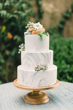 Torta de novios efecto mármol sobre alza tortas color cobre, hermoso!!!