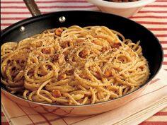 Ceviz Parçaları ve Pecorine Peynirli Spagetti  Rendelenmiş peynirleri geniş bir servis kasesine yerleştirin. Bu esnada makarna için su kaynatın. Makarnaları al dente kıvama gelene kadar pişirin ve süzün. Süzdüğünüz makarna suyundan 1/2 bardağını bir kenara ayırın. Makarnaları süzdükten hemen sonra peynirli dolu kaseye aktarın ve iyice karıştırın. Makarna ve peynirin içine…