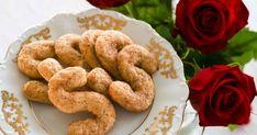 Ässät eli kaneliässät ovat pikkuleipiä, jotka sopivat niin arkeen kuin juhlaan. Ohjeella paistat pari pellillistä pieniä ja kauniita kanelikeksejä. Ne säilyvät hyvin huoneenlämmössä rasiassa, mutta keksit voi myös pakastaa. Sausage, Cookies, Meat, Desserts, Crack Crackers, Tailgate Desserts, Deserts, Sausages, Biscuits