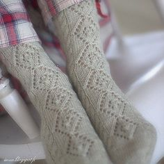 The solid (or semi-solid) yarn shows up the patterns beautifully in these cosy and warm socks. Crochet Socks, Knitting Socks, Knit Socks, Knitting Designs, Knitting Patterns, Knitting Ideas, Mitten Gloves, Mittens, Warm Socks