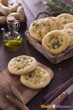 Uno #snack perfetto per un #aperitivo in compagnia: le #focaccine di #patate ( #potato mini #focaccia ) #ricetta #Giallozafferano #italianfood #recipe #happyhour