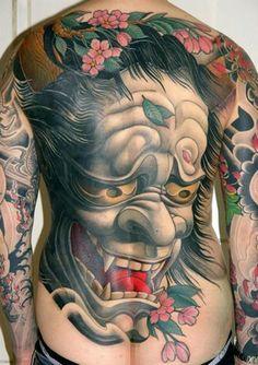 Tatuagem de Máscara Hannya Colorida nas Costas