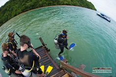 A perfect demonstration of the giant stride method for the PADI Open Water Diver students to complete the performance requirement of the deep water entry :)