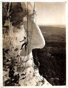 An AWESOME shot of the construction of Mount Rushmore from 1927, shared by The New York Times.