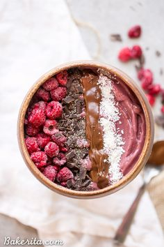 This Raspberry Acai Bowl is a refreshing breakfast, especially when you add your favorite toppings! This healthy breakfast is ready in a few minutes. Apple Smoothies, Healthy Smoothies, Smoothie Recipes, Acai Recipes, Acai Smoothie Bowl Recipe, Acai Dessert Recipes, Acai Bowl Recipes Healthy, Best Acai Bowl Recipe, Raspberry Smoothie Bowl