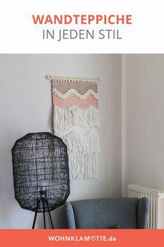 Mit Wandteppichen kann man jede Wand einfach dekorieren. Die kleinen Teppiche bringen ähnlich wie Makramees viel wärme in den Raum. Besonders im Wohnzimmer oder über dem Bett ist der Wandteppich ein schönes Element zur Wanddekoration. Boho Stil, Throw Pillows, Diy, Home, Tapestry, Small Tapestry, Small Area Rugs, Wall Decorations, Room Wall Decor