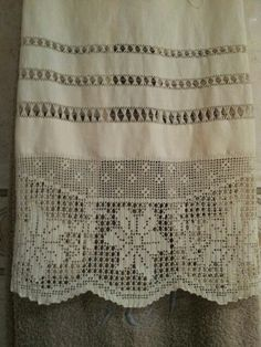 Risultati immagini per cortinas lienzo y crochet Filet Crochet, Knit Crochet, Crochet Curtains, Linen Towels, Bobbin Lace, Home Decor Bedroom, Kids And Parenting, Projects To Try, Embroidery