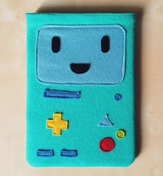 Funda para iPad Air hecha en fieltro. Basada en BMO, personaje de Hora de Aventuras. Felt iPad Air case based on BMO from Adventure Time.