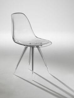 chaise design transparente à pieds compas métalliques